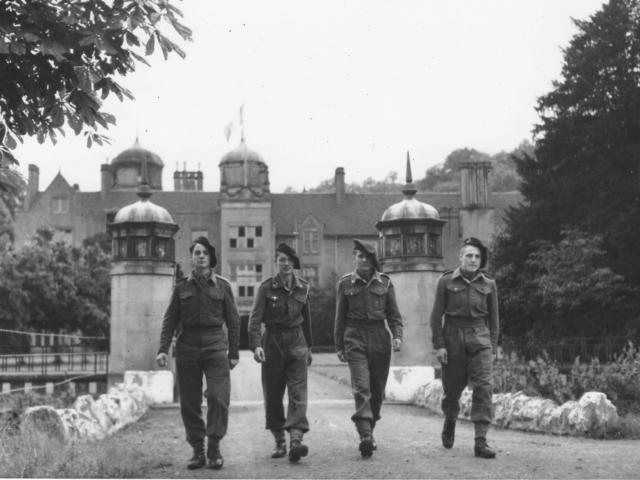 On voit ici le Manoir avec  Quatre des garçons arrivés en Angleterre en Canoë
