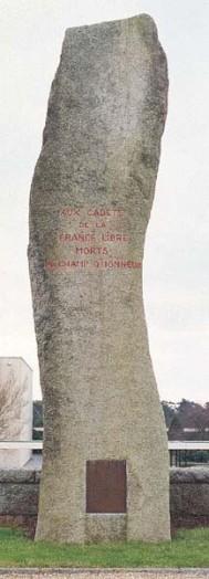 Le menhir souvenir des cadets installée en 1964