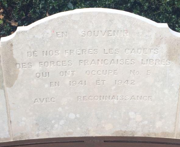 Le texte : En souvenir de nos frères les cadets des Forces Françaises libres qui ont occupé le N0 5 en 1941 et 1942 Avec reconnaissance