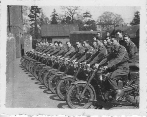 Première séance d'instruction moto dans la cour de la maison 5