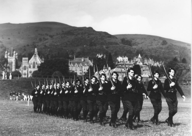 Avril 41 - Exercice de défilé à Malvern