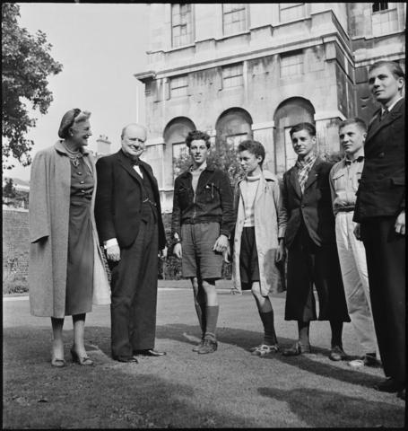 28 septembre Les cinq garçons qui ont traversé la Manche en Canoë sont reçus par Winston Churchill- Quatre d'entre eux rejoindront l'école en octobre