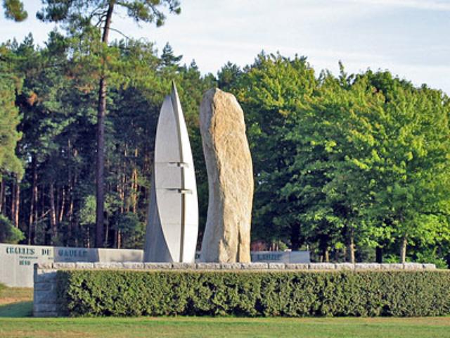 a Coetquidan Le Menhir des Cadets salue la flamme du Général De Gaulle