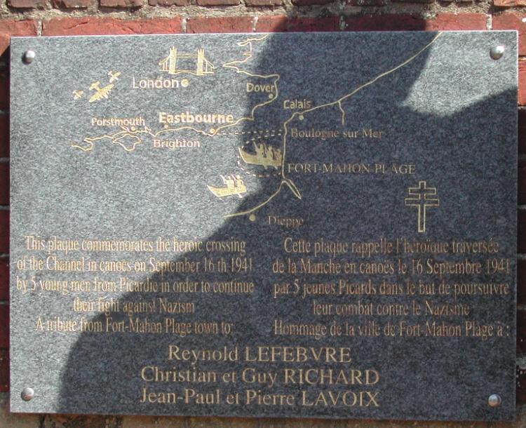 Cette plaque commémore la traversée de la Manche en canoë de 5 garçons partis de Fort-Mahon. sur ces 5 garçons, quatre intégreront l'Ecole des Cadets