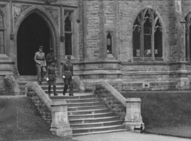 13 septembre Le Général DE Gaulle inspecte l'Ecole et remet son fanion à la 1ère promotion