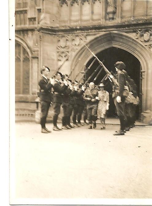 En mai, les cadets font une haie d'honneur au sergent Fox qui vient de se marier et sort de l'église avec sa jeune épouse