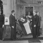 Aidé de Sir AGNEW, le Ministre dévoila la plaque